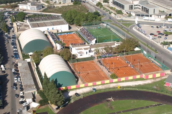 Circolo Tennis Maglie (Lecce) - Veduta aerea campo coperto e terra battuta clay argilla